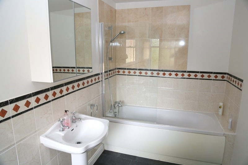 08-Full bathroom. Exeter Self Catering