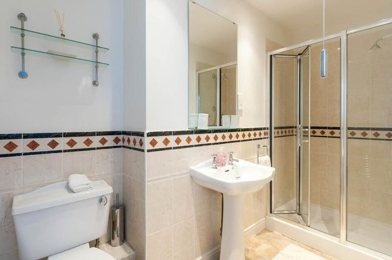 015-Ensuite. Exeter Self Catering