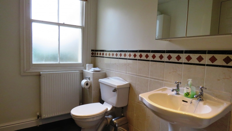 08-Family bathroom. Exeter Self Catering
